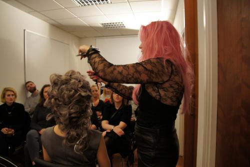 Mette fortæller kursister omkring stylingen af parykken der vandt en tysk pris