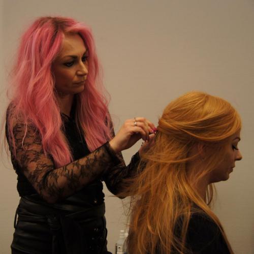 Undervisning af kursister - lang paryk af ægte hår.