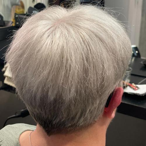 Contact skin er limet fast. Kunden har håret fastgjort indtil næste konsultation i salonen.