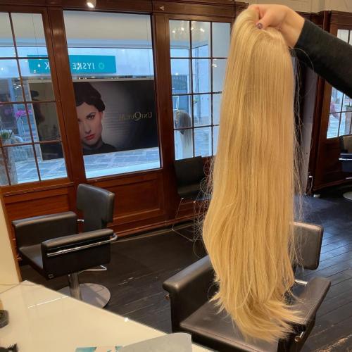 Parykker i ægte hår findes i mange forskellige længder, her en model fra GFH i 60 cm.
