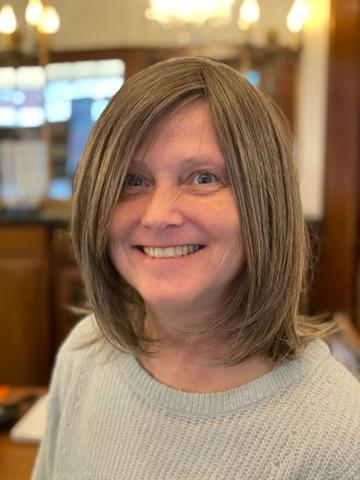 Parykker findes også med en blanding af fiber og ægte hår. Parykken her ligner kundens eget hår, men udover denne valgte kunden også en grå paryk.