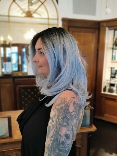 Parykken passer perfekt til Susanne, blå er en smuk farve også i håret, men vigtigt det er til den rigtige type.