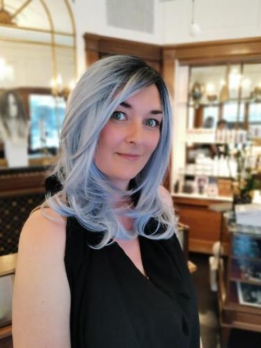 Susanne har valgt 2 parykker. Her en blå fiber paryk, som gør Susanne til en spændende type.