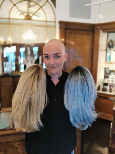 Susanne har valgt 2 parykker, blå og blond. Til daglig vælger Susanne mellem disse 3 looks, uden paryk, blond paryk eller blå paryk.