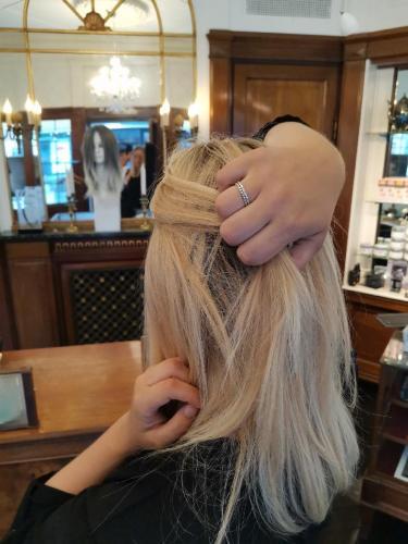 Blond paryk til Susanne, meget naturlig.