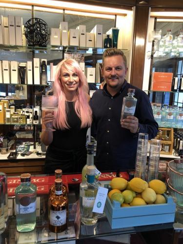 Tommy serverer de lækre gin & tonic for kunderne.